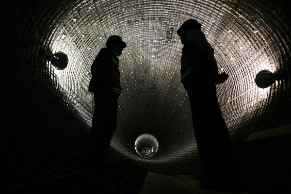 hombres en túnel
