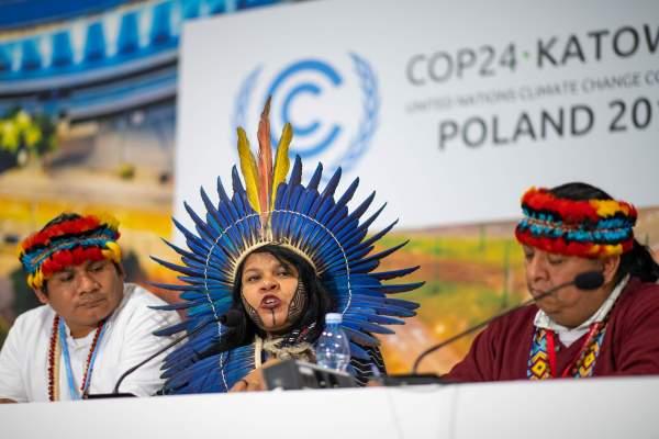 Sonia Guajajara (centro), activista ambientalista brasileña, habla en una conferencia de prensa sobre pueblos indígenas en COP24. Foto: Monika Skolimowska, DPA