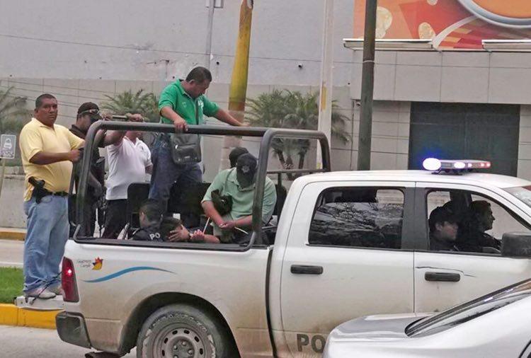 s-municipales-iguala-traslado-cruces.jpg: Acapulco 29 de Septiembre 2014. Trasladan al penal de las Cruces a los policias municipales de Iguala, detenidos por el caso de los Normalistas asesinados en Iguala. Foto: El Sur.
