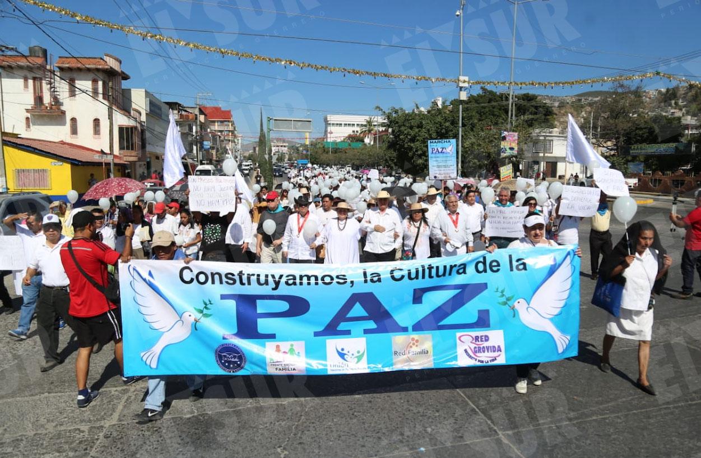 Marchan en Chilpancingo para exigir paz al gobierno ante la ola de violencia. Fotos: Jesús Guerrero