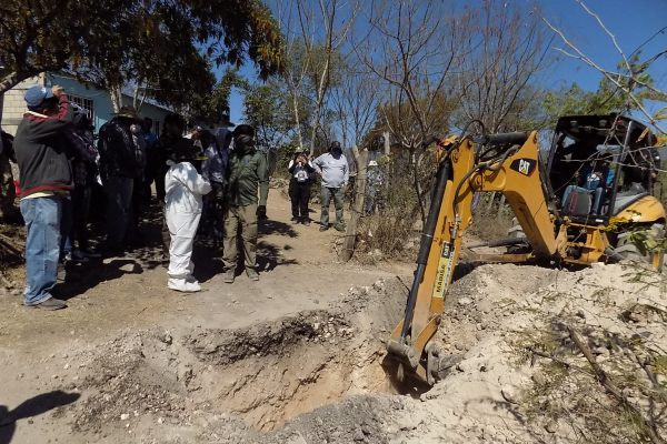 La retroexcavadora utilizada en el segundo día de excavaciones de los integrantes de la cuarta Brigada Nacional de Búsqueda de Personas Desaparecidas en Huitzuco. Foto: Alejandro Guerrero