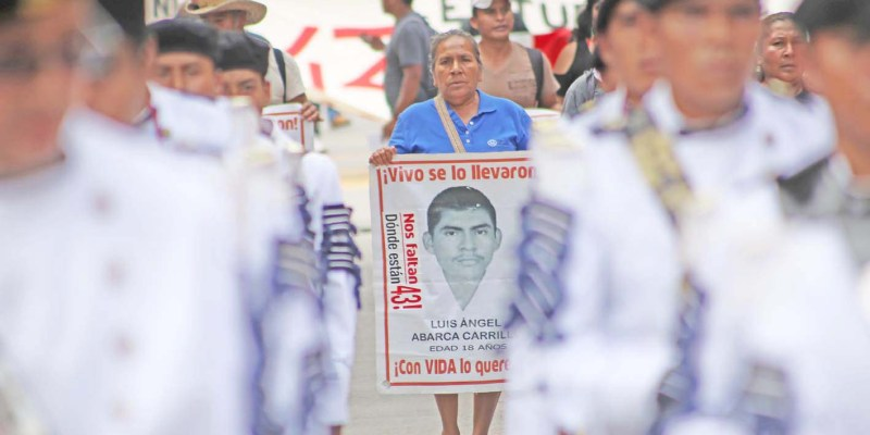 Chilpancingo Gro, 16 de septiembre 2017. // Padres de familia de los 43 junto a estudiantes de la normal Rural de Ayotzinapa durante la marcha que realizaran en Chilpancingo, para exigir la presentación con vida de los 43 normalistas a casi 3 años de su desaparición forzosa en la ciudad de Iguala. // Foto; Jesús Eduardo Guerrero
