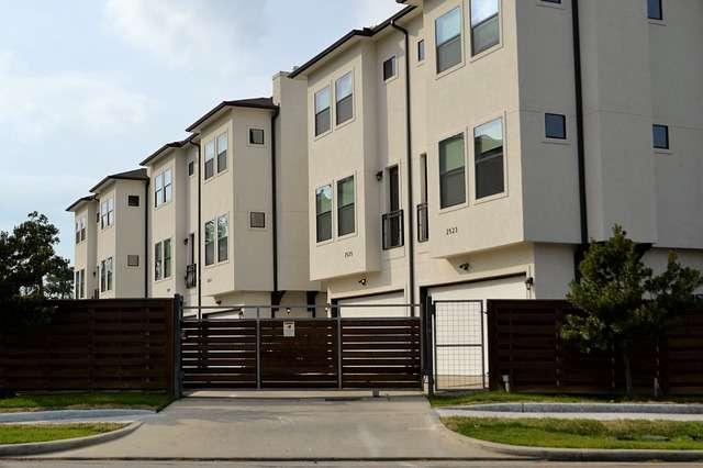 Image of apartments courtesy of F. Muhammad via Pixabay