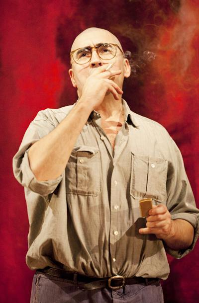 Red - show photos - Alfred Molina