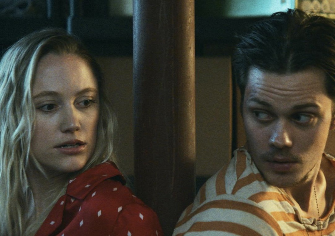 El thriller Villains revela tráiler con Maika Monroe y Bill Skarsgard