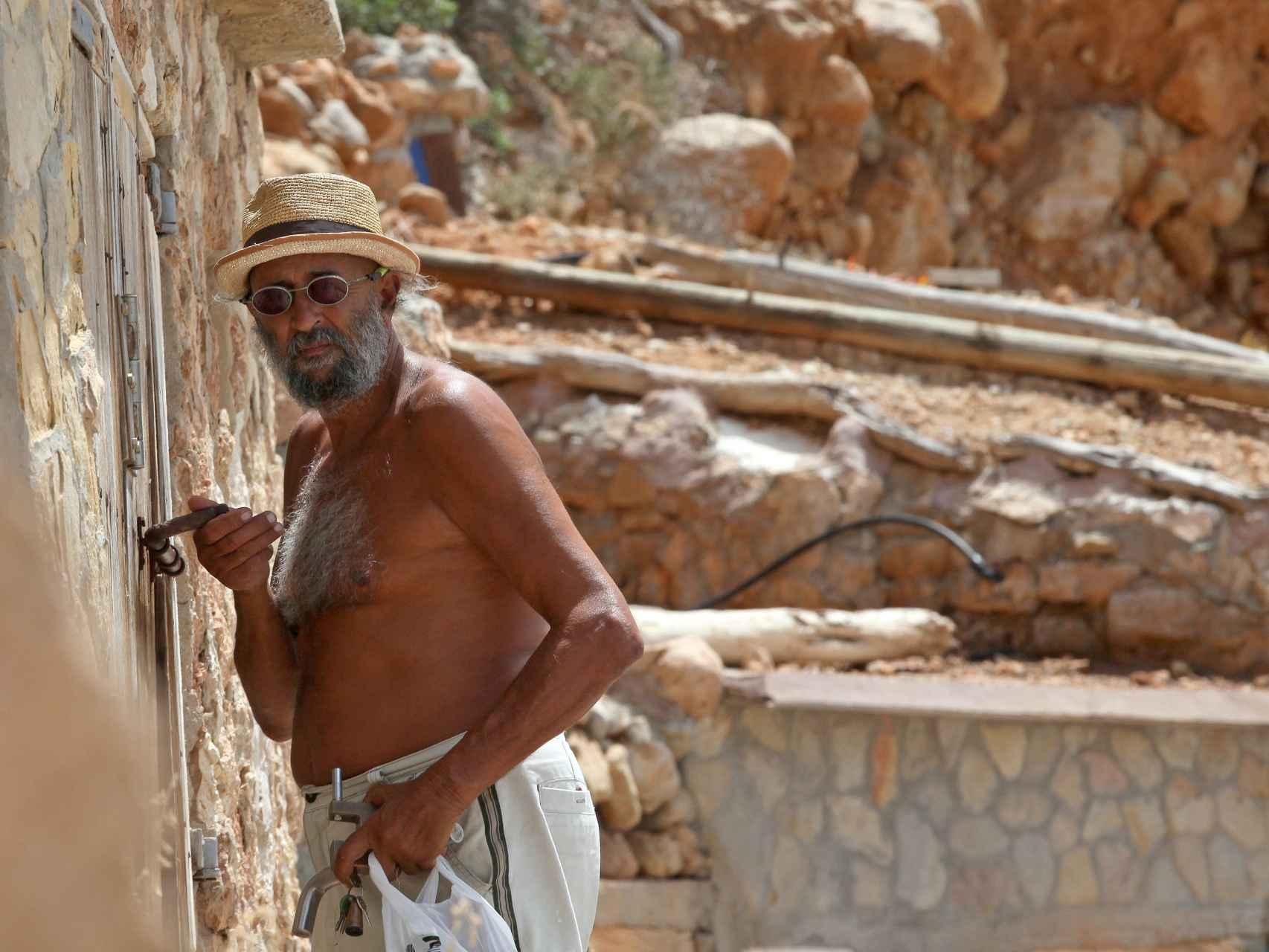 Miguel tiene 64 años y vive en una cueva ibicenca desde hace más de dos décadas.