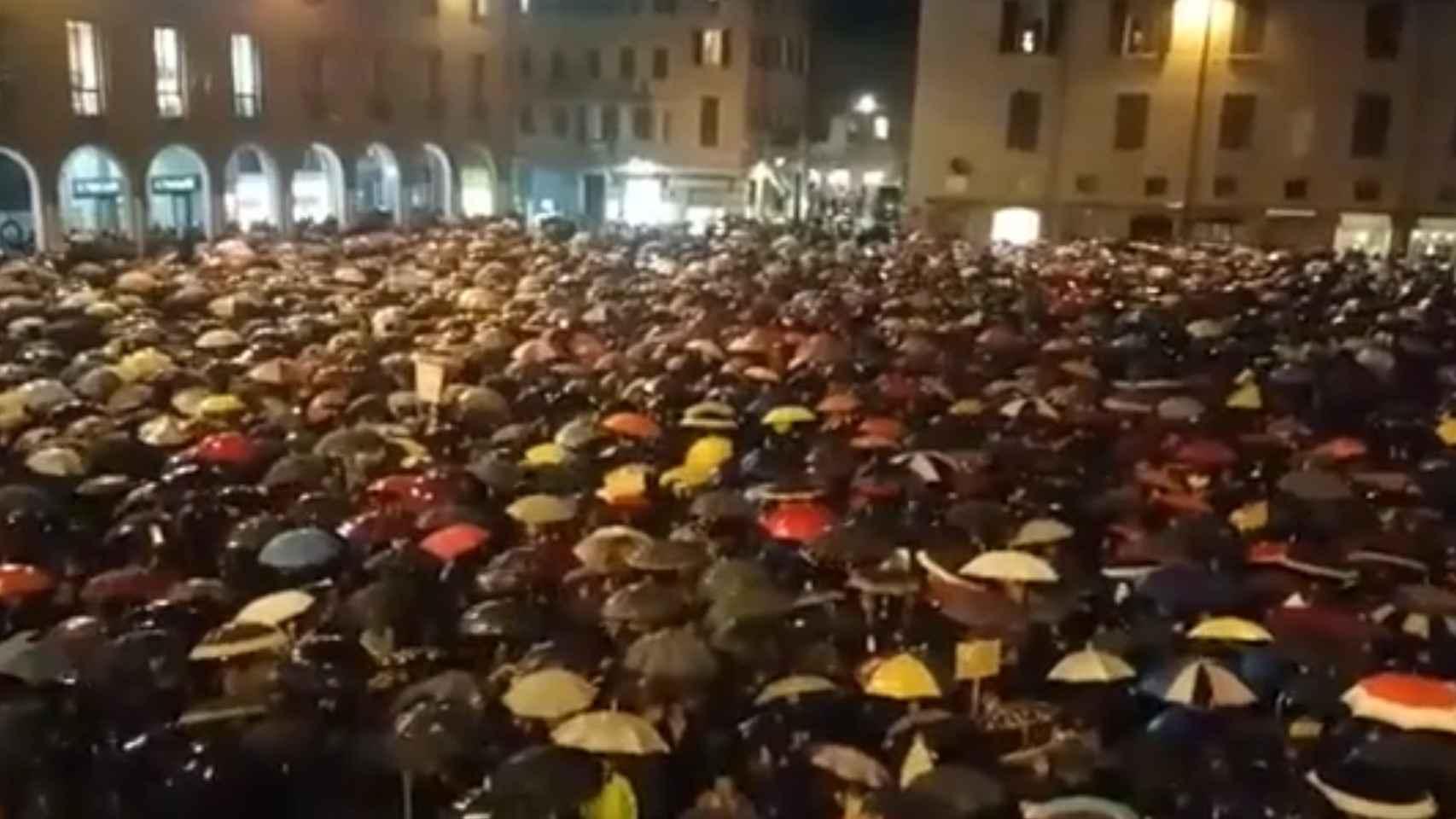 Vídeo | 7 000 personas cantan en Módena el himno antifascista «Bella Ciao» al líder de la extrema derecha italiana Salvini