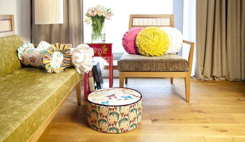 Coppia di sedie prototipo anni 60 con struttura in legno tinto e seduta in abs rosso scuro decorato con intarsi geometrici in legno di palissandro. Sedie Anni 60 Stile Pop Dalani E Ora Westwing