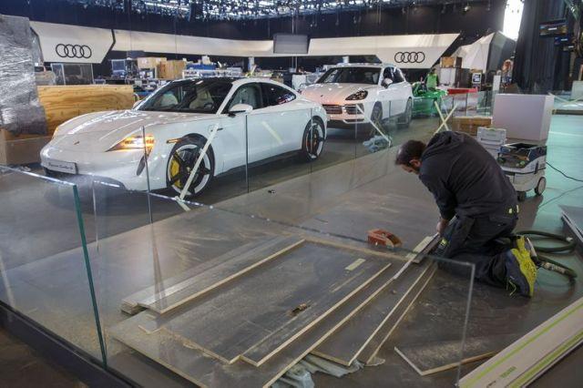 Працівник демонтує стенди у залі, де мав відбутися щорічний Міжнародний автосалон у Женеві, Швейцарія, 28 лютого 2020 року. Уряд країни ухвалив рішення скасувати усі масові заходи, зокрема і автосалон у Женеві, через загрозу поширення коронавірусу у Європі