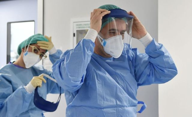 Перчатки как вторая кожа и ода «врачу Бонни»: как коронавирус изменил  медиков и отношение к ним в мире   Громадское телевидение
