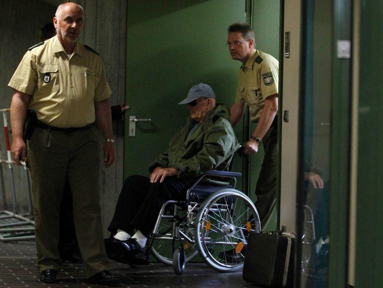 Джон Дем'янюк приїжджає на своєму візку до будівлі суду в Мюнхені, 3 травня 2011 року.