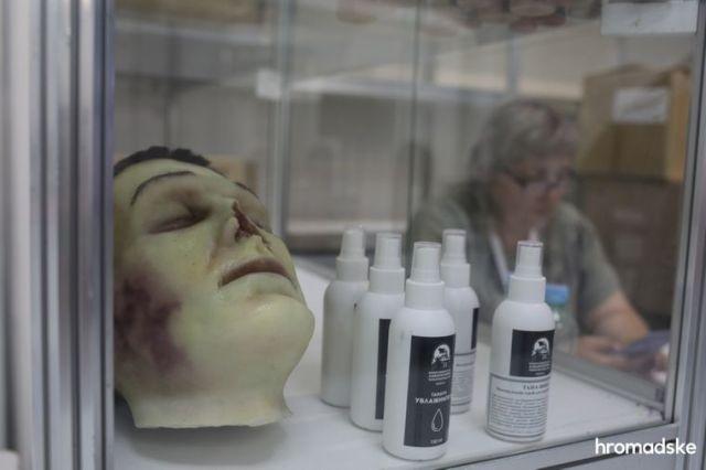 Средства для гримирования и восстановление лиц мертвецов на выставке современной похоронной культуры RIP EXPO в Киеве, 26 июня 2021 года