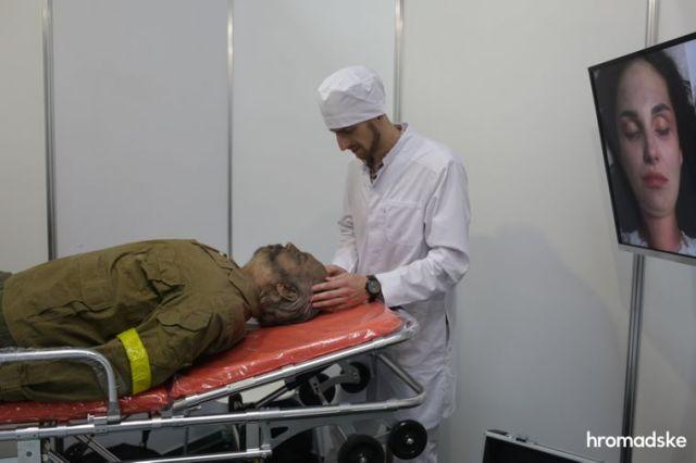 Демонстрация технологии гримирования погибшего солдата перед погребением на выставке современной похоронной культуры RIP EXPO в Киеве, 26 июня 2021 года