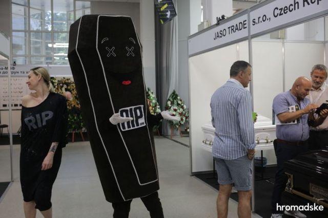 Аниматор-гроб ходит по территории выставки современной похоронной культуры RIP EXPO в Киеве, 26 июня 2021 года
