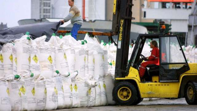 Ammonium Nitrate fertilizer being loaded onto a boat in 2001, mere months after an explosion at a fertilizer factory in Toulouse that killed 29 people in September 2000. AFP