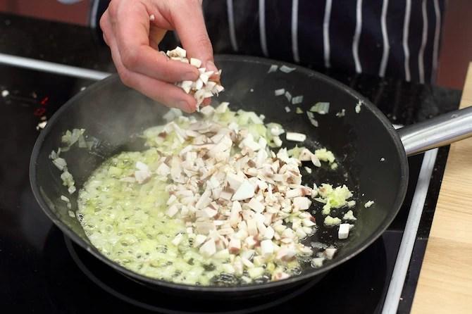 Силезский свиной рулет с грибами и капустой