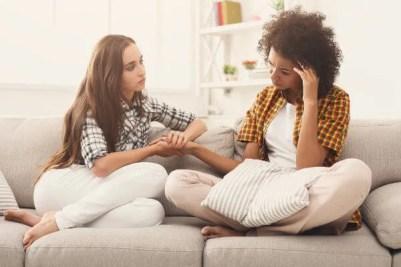 Uma conversa tranquila e sem julgamentos pode ser fundamental para ajudar uma pessoa.