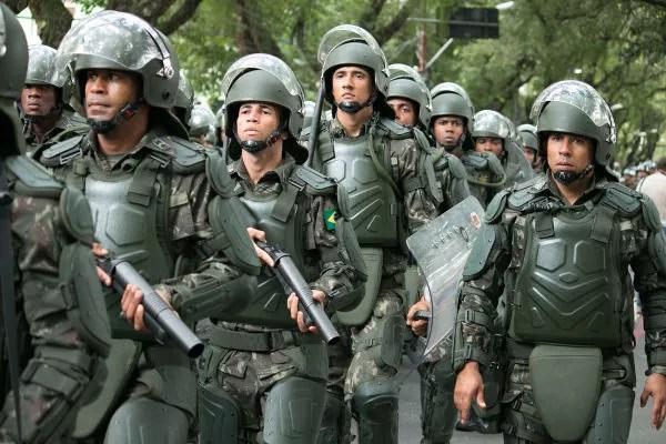 No dia 7 de setembro, são realizados desfiles militares nas grandes cidades do Brasil.[1]