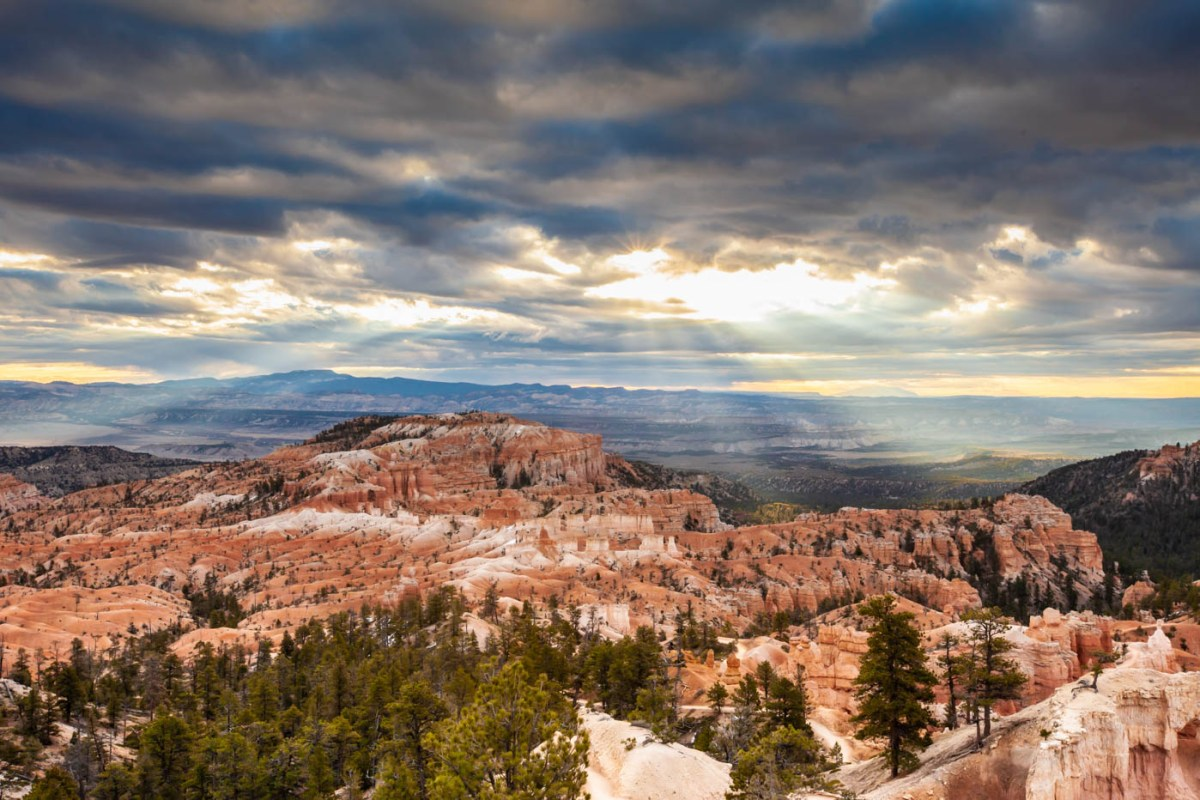 Sunrise Point on the Queens Garden Trail and Navajo Loop Trail Combination Hike Best Photo Spots Bryce Canyon National Park #vezzaniphotography
