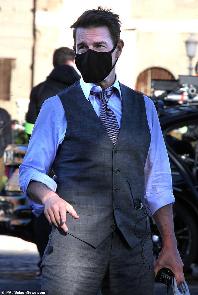 Trabajando duro: Tom Cruise lució elegante cuando se transformó en el personaje de Ethan Hunt vistiendo un chaleco gris mientras filmaba Misión Imposible 7 en Roma el sábado.