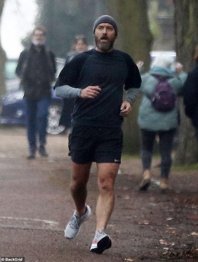 Trabajando en su estado físico: Jude Law, de 47 años, fue la imagen del atletismo una vez más el sábado, cuando lo vieron yendo a otra carrera al aire libre por el norte de Londres.