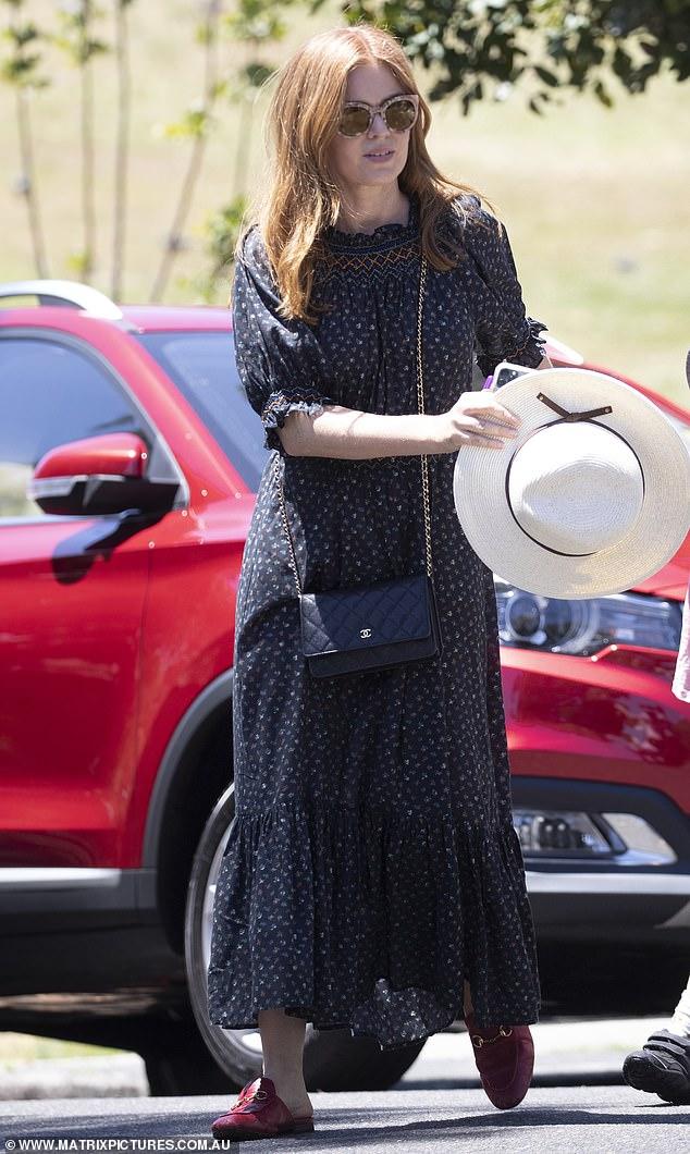 El aire libre: Isla Fisher ha estado aprovechando al máximo su tiempo en Australia, visitando un parque en Sydney el viernes.