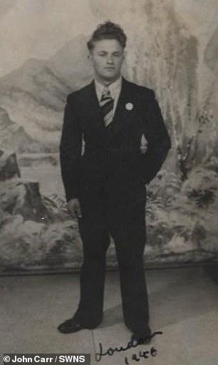 Henry Carr, fotografiado en Londres en 1945, tenía solo 13 años cuando apuñaló a un guardia nazi en un gueto polaco por temor a que su hermano fuera asesinado por robar comida.