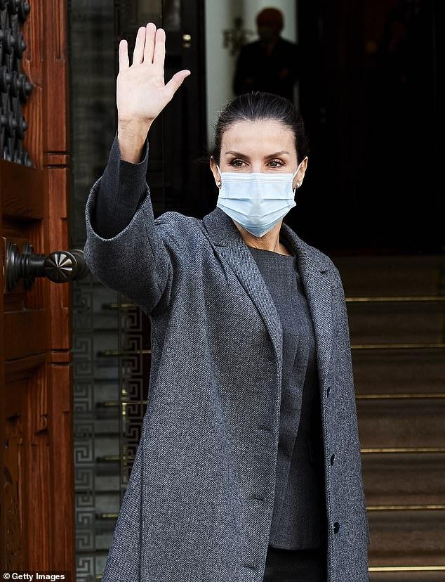 La reina Letizia de España (en la foto) demostró que hablaba en serio cuando llegó hoy a una reunión de trabajo con un traje de pantalón negro.