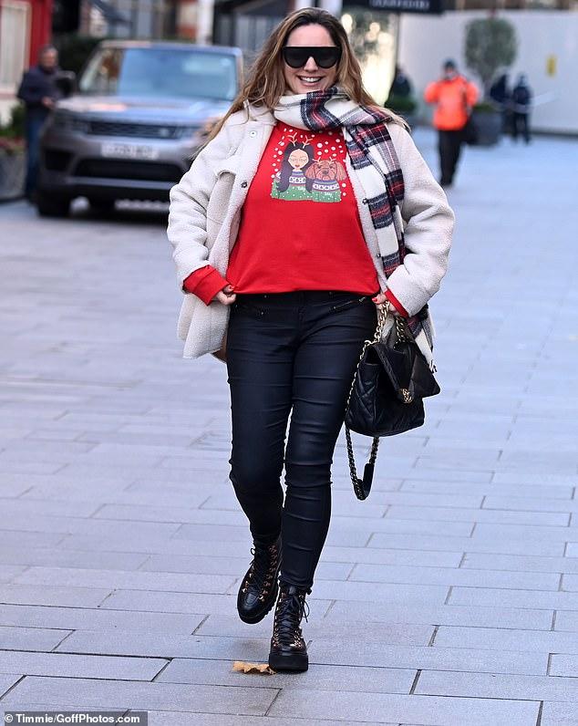 Llama la atención: Kelly Brook presentó su jersey navideño personalizado el jueves cuando llegó a los estudios de Global Radio en Londres para grabar su programa Heart FM