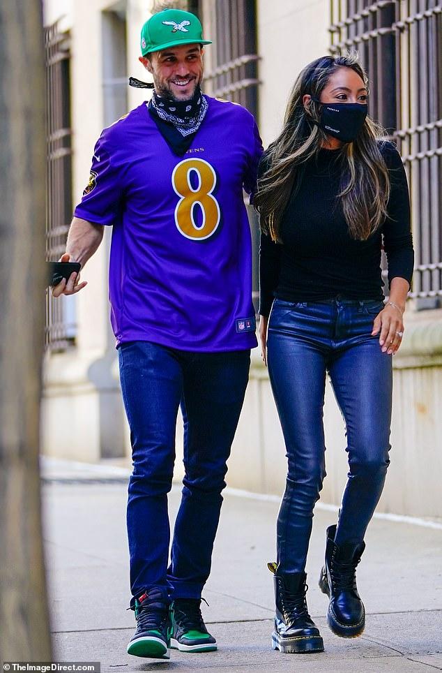 Paseo romántico: Tayshia Adams disfrutó de un paseo romántico con su futuro esposo Zac Clark el domingo en la ciudad de Nueva York, mientras salían del desayuno, antes de dirigirse a visitar a su familia al otro lado del río en Nueva Jersey.