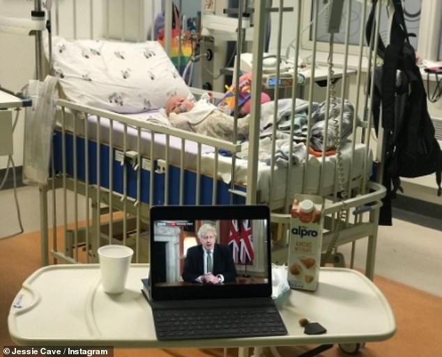 Tiempos difíciles: la actriz de Harry Potter, Jessie Cave, reveló que su hijo de tres meses, Abraham, está siendo tratado en el hospital después de dar positivo por coronavirus.