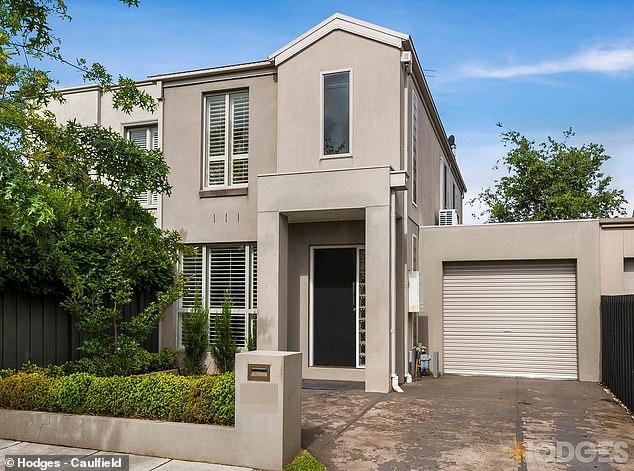 Encontró un comprador: la estrella de la AFL Max Gawn y su esposa, Jessica, han vendido su casa adosada (en la foto) en Bentleigh East, Melbourne, por $ 945,000.