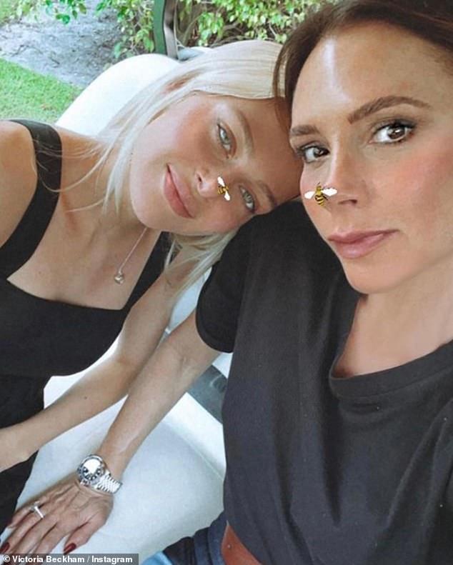 '¡¡Te amamos!!'  Victoria Beckham subió una selfie el sábado junto a la prometida de su hijo en Brooklyn, Nicola Peltz, de 26 años, y le deseó un feliz cumpleaños.