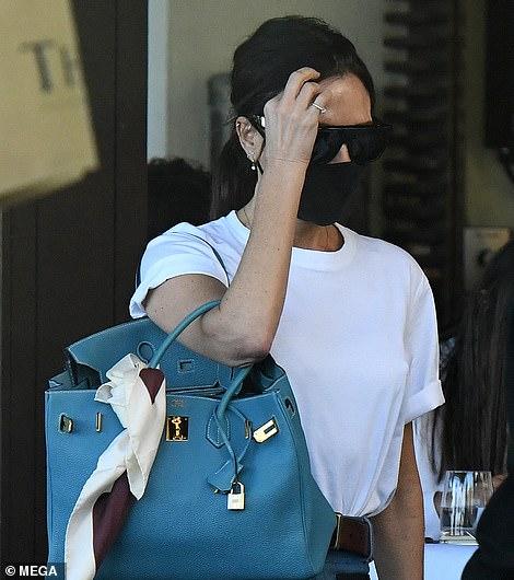 Tiempo de inactividad: Victoria (en la foto) y David Beckham fueron vistos disfrutando de un almuerzo al aire libre con tres de sus cuatro hijos, Harper, Cruz y Romeo, en Miami el sábado por la tarde.
