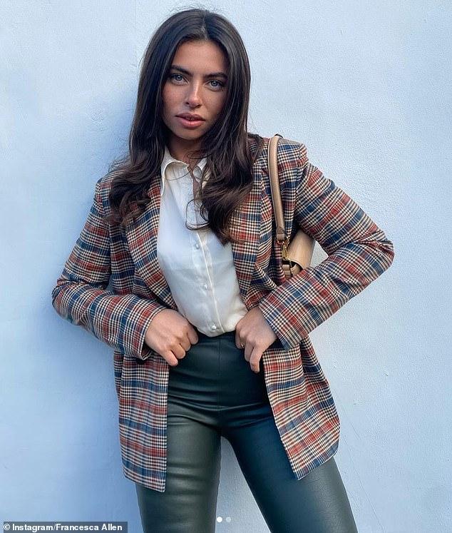 Inteligente: Francesca Allen lució elegante mientras se ponía un blazer y pantalones de cuero para una serie de instantáneas publicadas en Instagram el domingo.