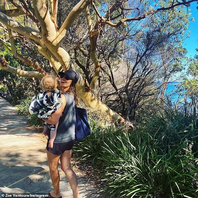 Los amistosos ex: Dan MacPherson y su ex esposa Zoë Ventoura han demostrado que están en términos amistosos al intercambiar comentarios amistosos en Instagram después de que la actriz publicara esta dulce foto de ella con Austin, el hijo de la pareja.