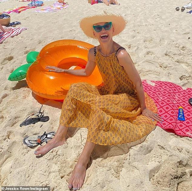 ¡Aterciopelado!  La ex estrella de Studio 10 Jessica Rowe (en la foto) disfrutó de un día en la playa el lunes.  Aprovechando el clima soleado de Sydney, la ex estrella de Studio 10 se vistió con un vestido vintage naranja y tomó algunos rayos de sol