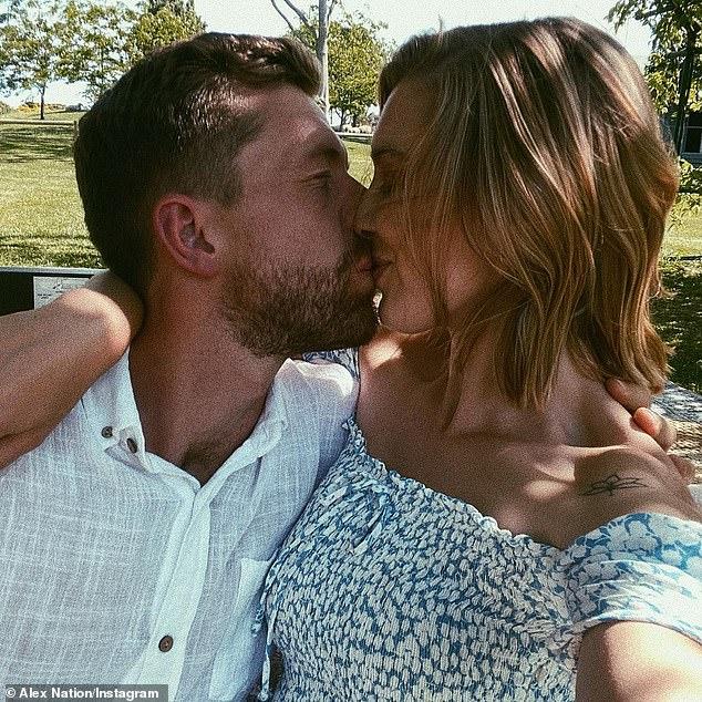 Bliss: Esta semana, la ex estrella de Bachelor Alex Nation publicó una foto de ella besando a su nuevo novio, Carson Jory, en Instagram.
