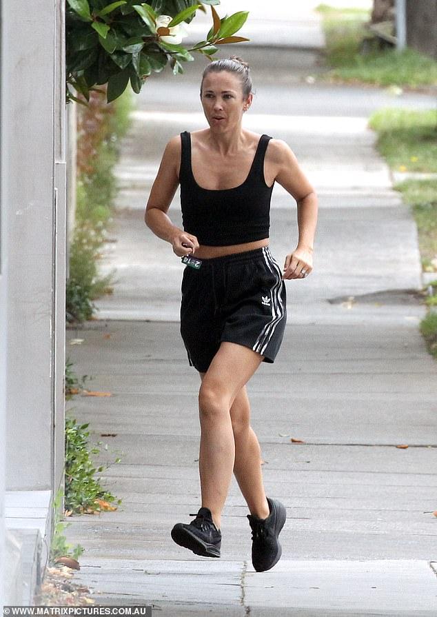 ¡En buen estado físico!  Una Bec Hewitt vestida de manera informal llamó la atención mientras hacía recados en Melbourne el martes con dos de sus tres hijos.