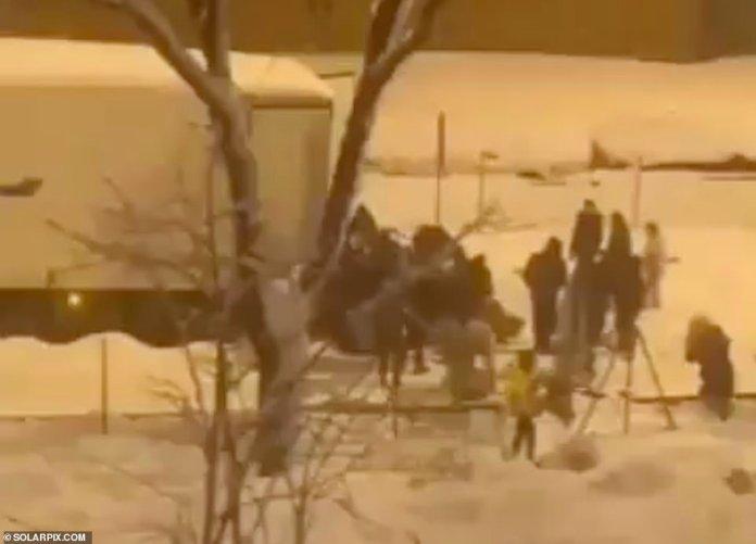 ESPAÑA: En Madrid, imágenes mostraron a decenas de saqueadores vaciando un camión lleno de verduras, yogures y batidos después de que se quedara varado en la intensa nieve en la capital española, y los detectives intentaron hoy identificar a los ladrones.
