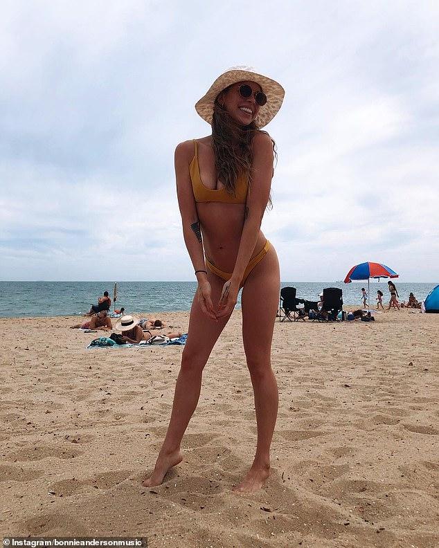 ¡Verano de chicas calientes!  La estrella de Masked Singer, Bonnie Anderson, demostró el miércoles que no necesita disfraces elegantes para llamar la atención mientras chisporrotea en la playa de Melbourne.