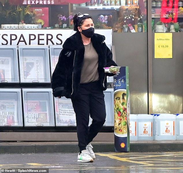 Ícono de EastEnders: Jessie Wallace tomó una ensalada saludable mientras llenaba su Range Rover en Londres el jueves, dos semanas después de que la vieron hablando con la policía cerca de su casa.