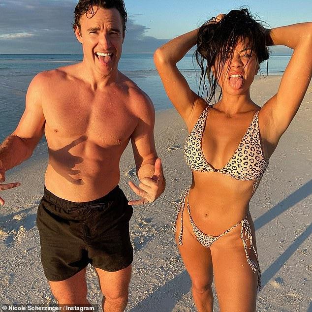 Wow: Nicole Scherzinger estaba segura de subir la temperatura mientras mostraba su figura asombrosa mientras posaba con Beau Thom en instantáneas de playa candentes compartidas en Instagram el jueves.
