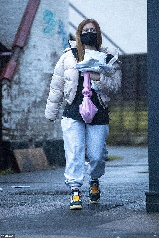 ¡En la foto!  La estrella estrictamente Maisie Smith ha sido vista saliendo por primera vez desde que MailOnline reveló que está lista para dejar EastEnders después de 13 años en la telenovela.