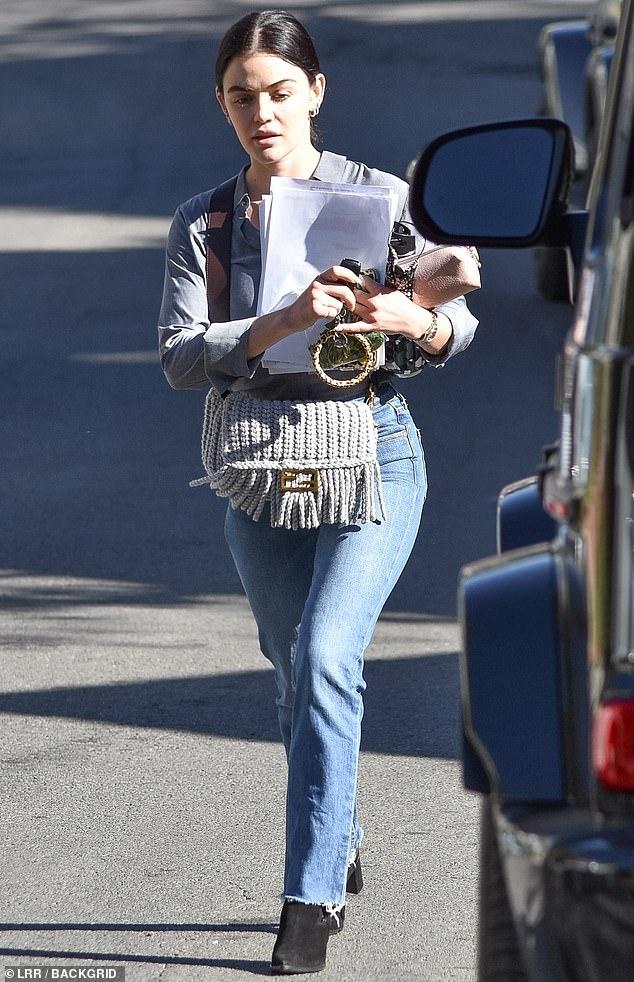 Mujer de negocios: Lucy Hale dominó los negocios informales el viernes con unos jeans favorecedores y un par de tacones negros gruesos, mientras salía con las manos ocupadas después de una reunión en Los Ángeles.