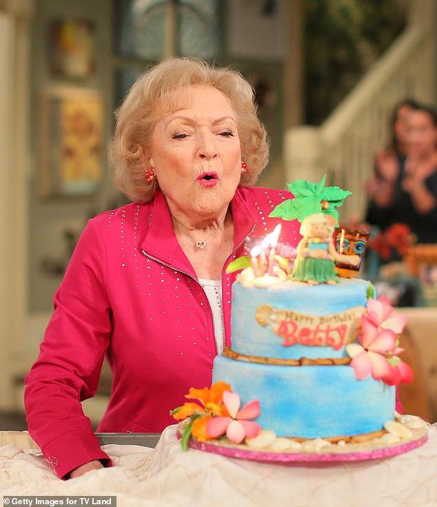Amada: Betty White cumplió 99 años el domingo y las celebridades se apresuraron a compartir sus deseos de cumpleaños para la legendaria actriz y comediante;  vista celebrando su 93 cumpleaños en el set de Hot In Cleveland en 2015
