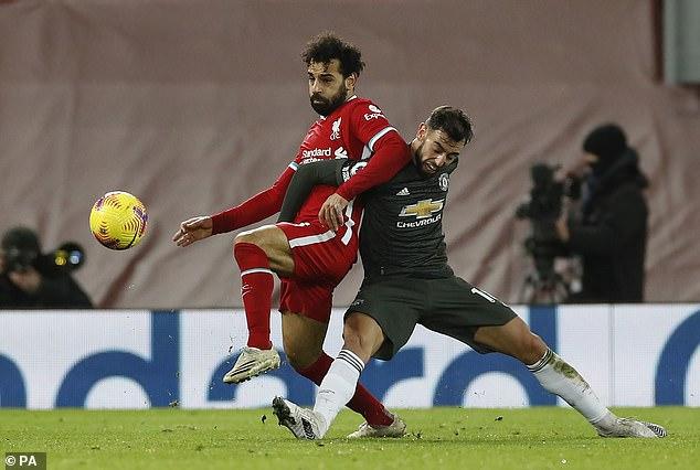 Mo Salah pelea con Bruno Fernandes durante el empate 0-0 del Liverpool con el Manchester United