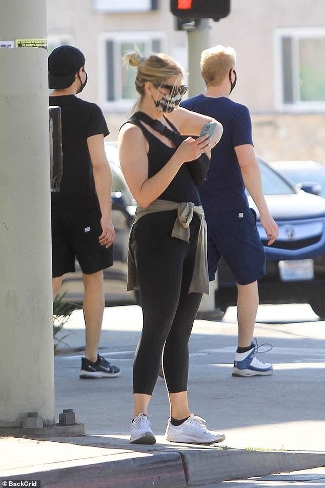 Fuera de casa: la actriz australiana Abbie Cornish [pictured] hizo alarde de su figura esbelta en ropa deportiva cuando salió en el lujoso Beverly Hills el lunes