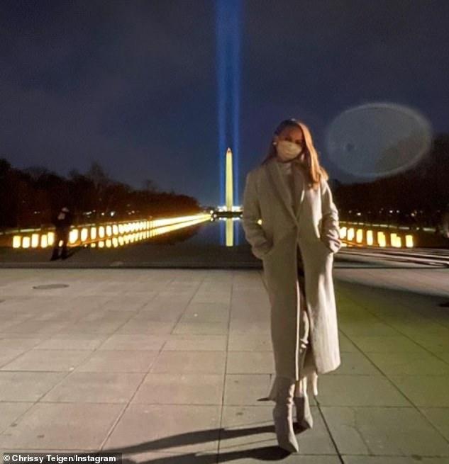 Mensaje apasionado: Chrissy Teigen advirtió que 'la historia no será amable' con el presidente saliente Donald Trump (en la foto del martes frente al Monumento a Washington)