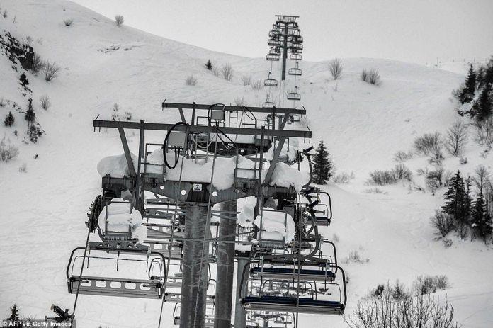 El ministro de turismo francés, Jean-Baptiste Lemoyne, dice que `` parece muy improbable '' que se permita la apertura de las estaciones de esquí del país durante el semestre de febrero, lo que significa que la temporada será una cancelación casi total